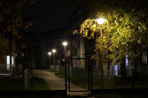 Lampy dzięki swemu daszkowi oświetlają wyłacznie chodniki